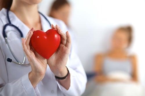 Médico de atención primaria con un corazón en la mano