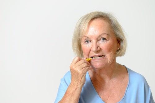 Mujer en edad avanzada con dientes amarillos