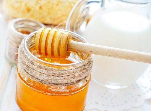 Leche y miel para colaborar en nutrir el pelo y alisarlo