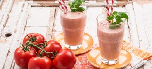 Licuado de tomate, manzana y zanahorias para empezar el día con energía