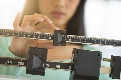 Mujer tomando su peso