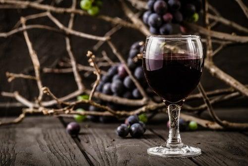 copa de vino con uvas de fondo