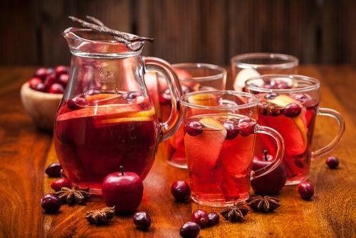 Ponche navideño de frutas, una de las bebidas navideñas