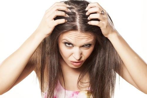 Por qué el jugo de cebolla ayuda a controlar la pérdida del cabello