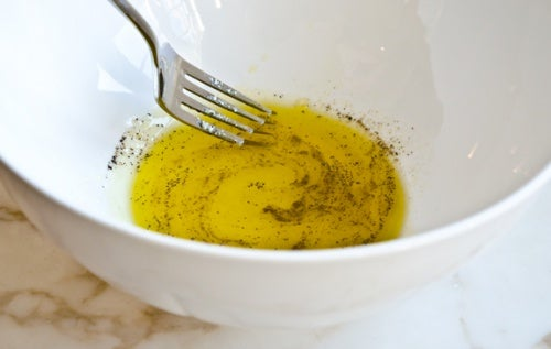 Remedio con limón, aceite de oliva y pimienta negra