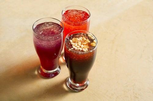tres zumos de uva con hielo