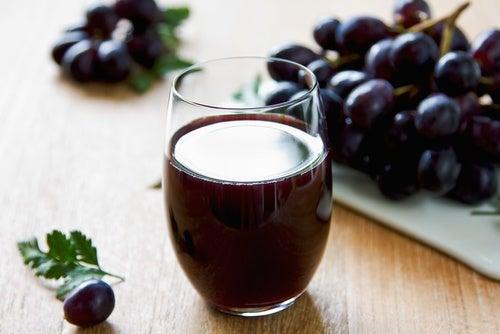 zumo de uvas con una uva
