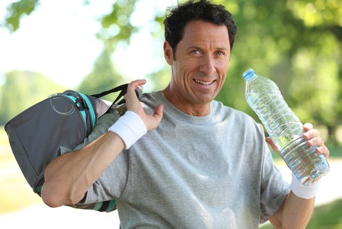 Hombre bebiendo agua después de hacer ejercicio