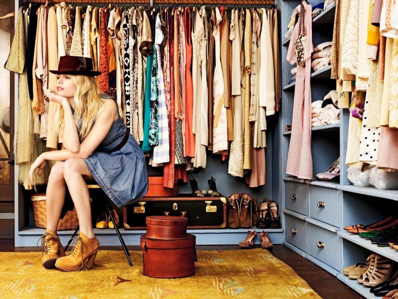Colgar la ropa nos ayuda a organizarla.