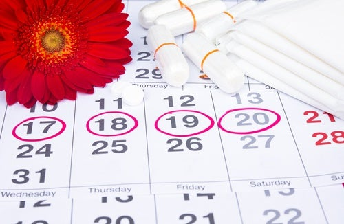 Imagen de un calendiario menstrual y tampones
