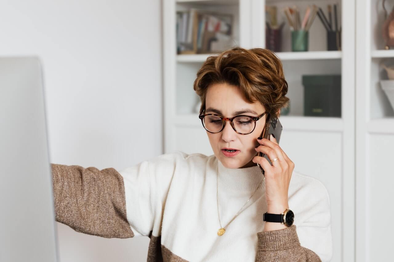 Chica hablando por teléfono.