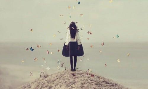 joven rodeada de mariposas representando el vacío