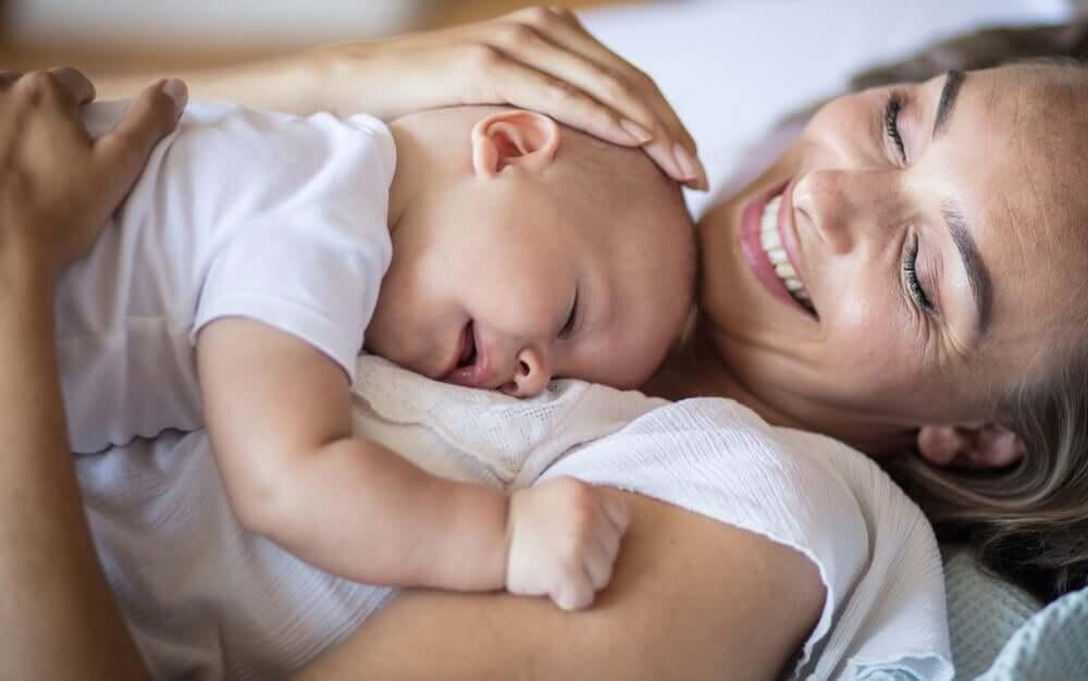 Madre con su bebé en brazos.