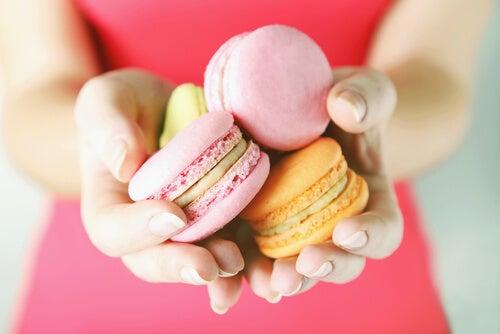 Manos de mujer con dulces