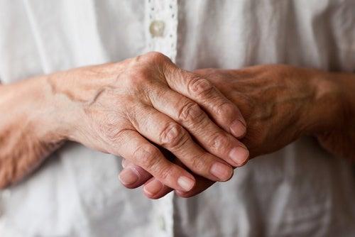 8 remedios naturales para aliviar los síntomas de la artritis en las manos y muñecas