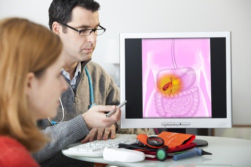 Mujer en consulta de digestivo