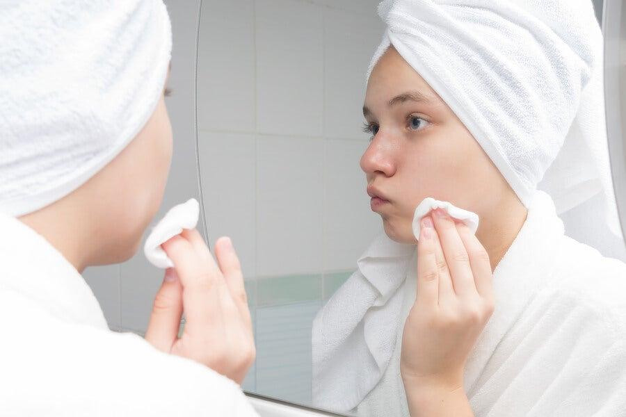 Mujer haciéndose limpieza facial