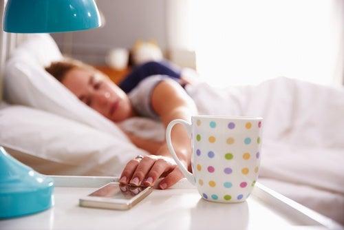dormir con dispositivos electrónicos