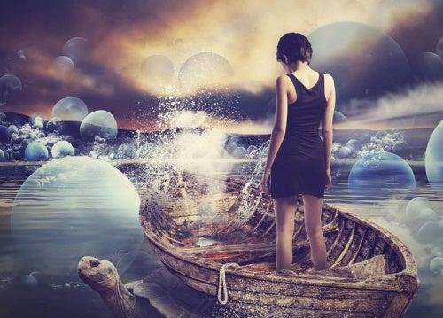 mujer sobre una barca