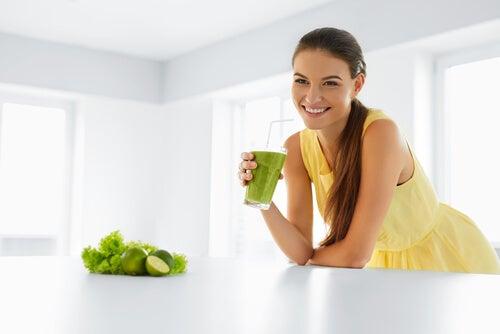 Mujer sonriendo con un batido