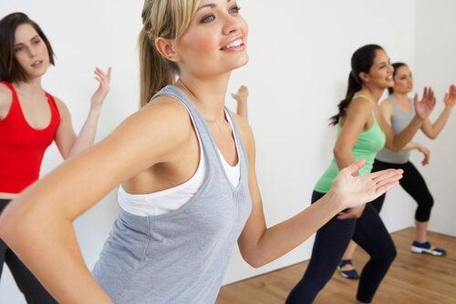 Mujeres bailando porque bailar y pasear nos protege frente al alzheimer