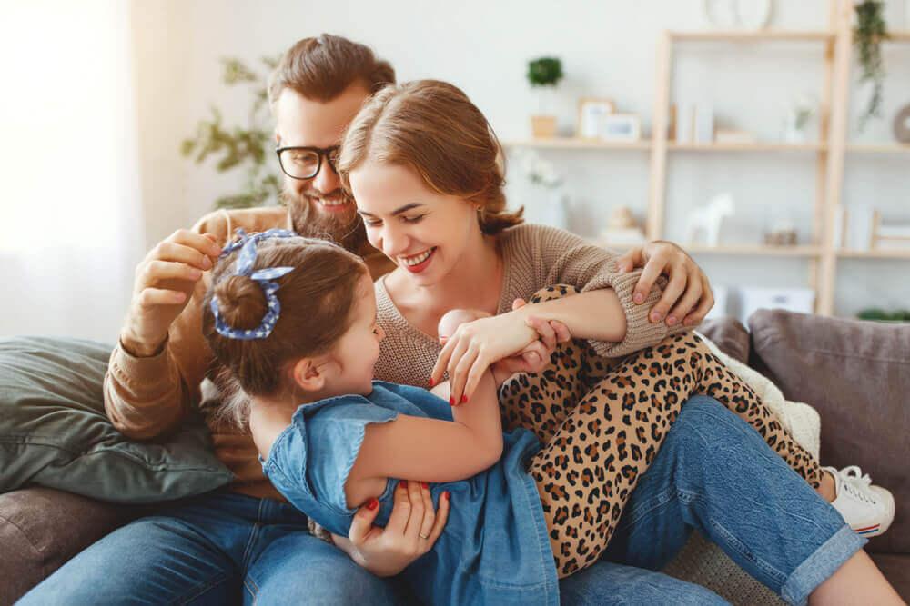 Padre haciéndole cosquillas a su hija.