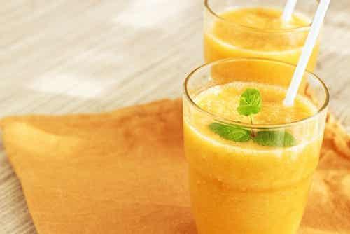Smoothie amarillo con hojas de menta