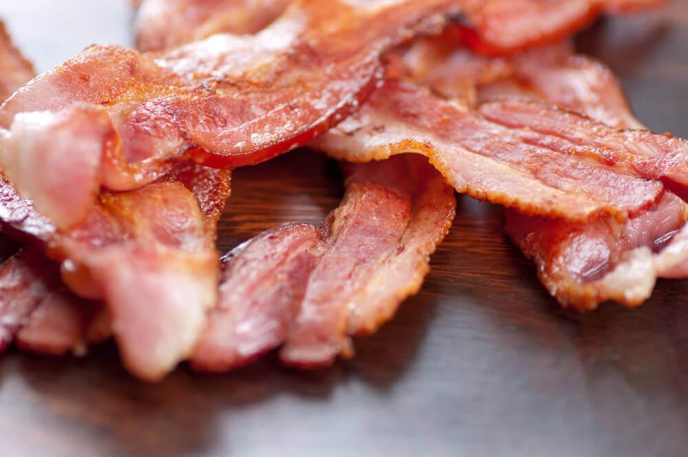 El tocino o bacon es un alimento rico en grasas.