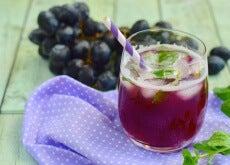 Zumo de uva con hojas de menta