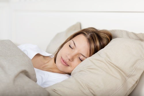 Dormir con almohadas para mejorar la postura