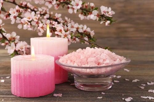 Cómo hacer sales de baño de rosas y aceites