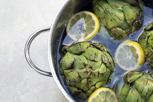 Cómo preparar agua de alcachofas