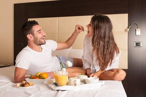 Las buenas parejas desayunan en la cama cuando tienen tiempo