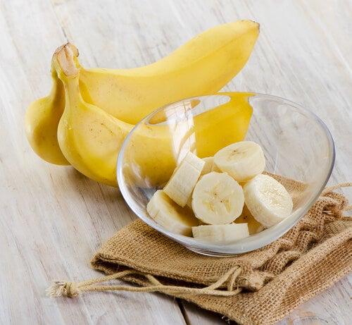 Banana cortada en un cuenco