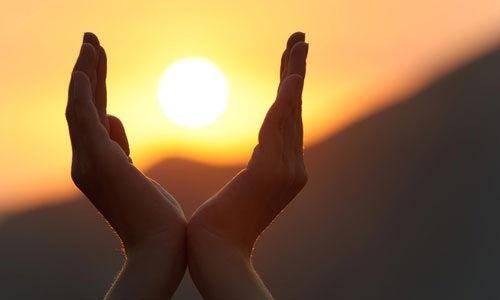 manos protegiendo al sol