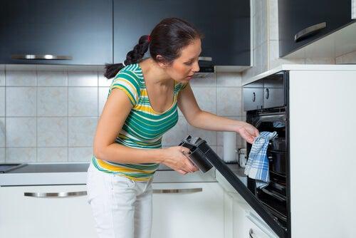Mujer precalentando el horno