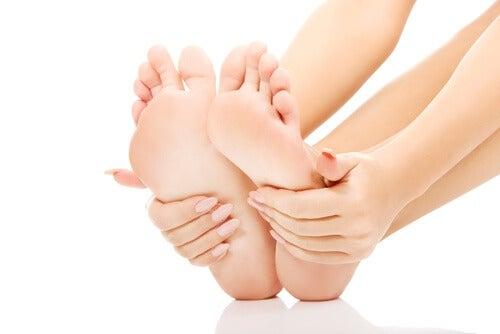 Las masajes en los pies ayuda a descansar mejor.