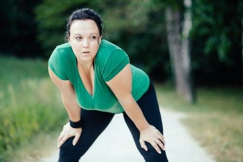 Mujer cansada de hacer ejercicio