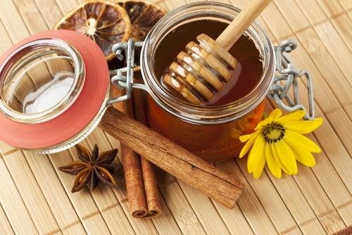 Mascarilla de canela y miel remover las espinillas