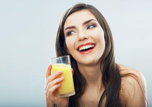 Mujer con jarabe natural de piña para la tos