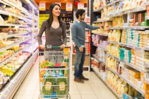 Mujer haciendo el mercado