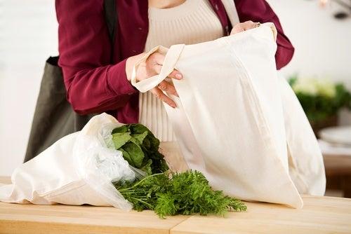 Mujer sacando la compra de una bolsa de tela
