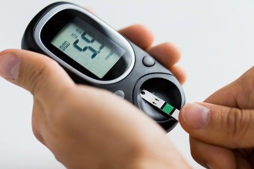 Persona midiendo sus niveles de azúcar en sangre