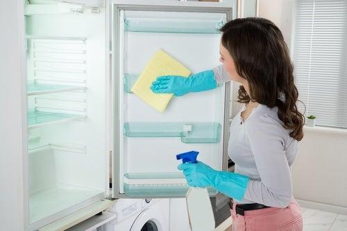 Mujer limpiando el refrigerador