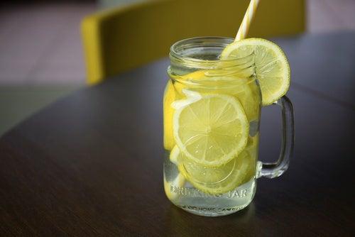 Tomar agua con limón en ayunas