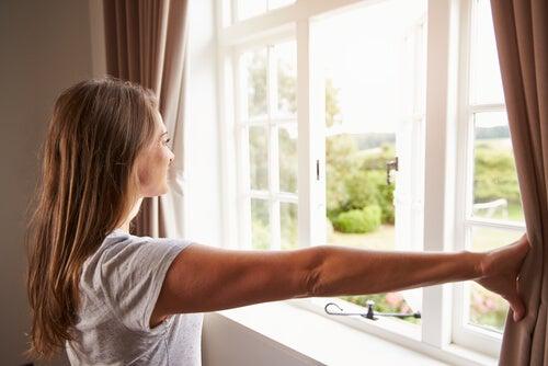 Ventilar la casa frecuentemente es bueno para la higiene del hogar.