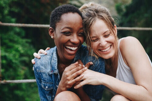 Dos amigas abrazadas riéndose.