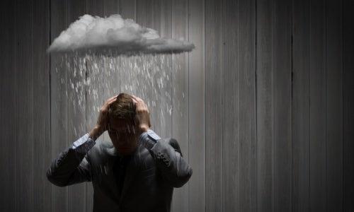 hombre lloviéndole encima