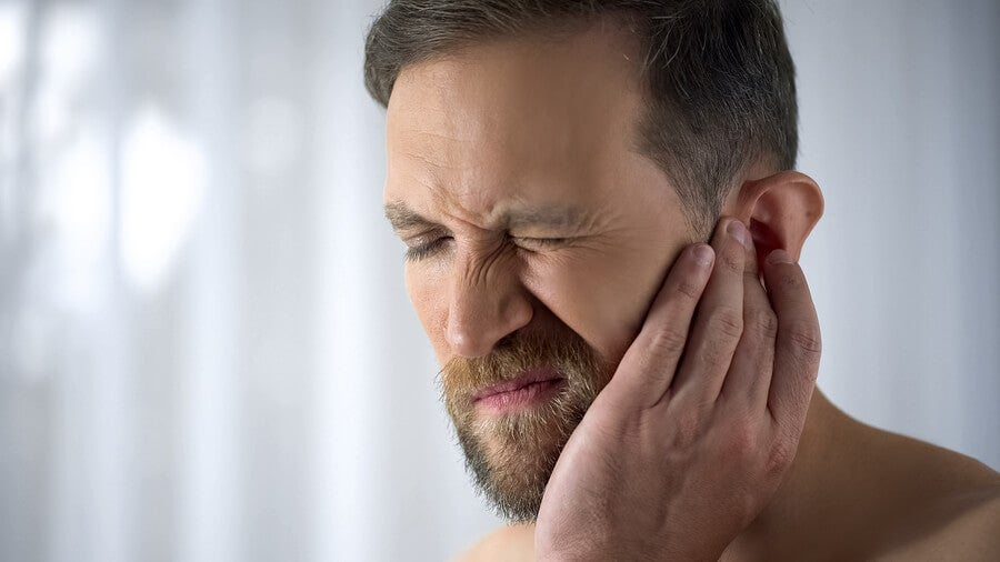 Hombre con infección en los oídos.