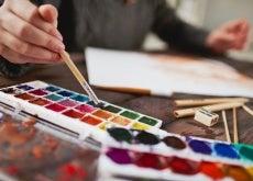 hombre pintando con acuarelas